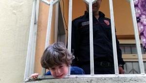Balkon korkuluklarına kafası sıkışan çocuğu itfaiye kurtardı