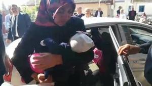 Otomobilde mahsur kalan 6 aylık bebeği itfaiye kurtardı