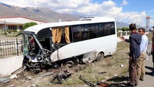 Halk otobüsü ile hafif ticari araç çarpıştı: 3 ölü, 15 yaralı (2)