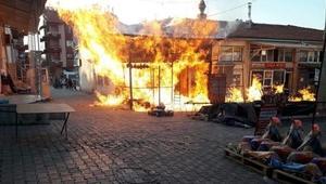 İş yerinde çıkan yangın bitişikteki dükkanlara da sıçradı