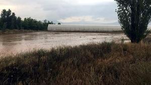 Tefennide şiddetli yağış nedeniyle yollar kapandı