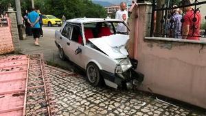 Ehliyetsiz sürücü bahçe duvarına çarptı