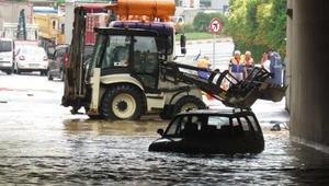 (Geniş haber) - Sancaktepede yağmur... Alt geçitte araçlar mahsur kaldı