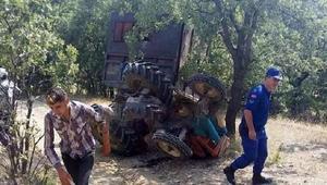 Gedizde traktör devrildi: 3 yaralı