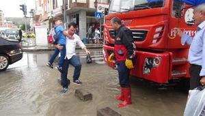Karsta aniden bastıran yağmur, cadde ve sokakları göle çevirdi