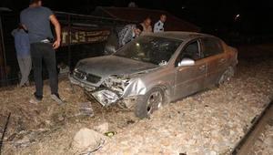 Otomobil, üst geçit inşaatından demiryoluna uçtu; sürücü yaralandı