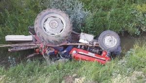 Traktör dere yatağına devrildi: 1 ölü