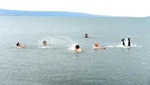 Protokol Çıldır Gölünde serinledi
