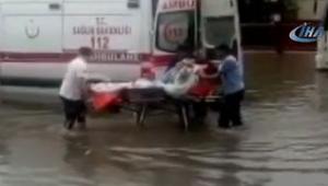 Ankarayı sağanak vurdu... Ambulansta mahsur kalan hasta böyle kurtarıldı