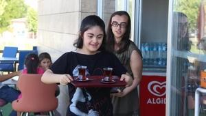 Elazığda Down Kafede çocuklar topluma kazandırılıyor