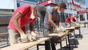 Sandalye ve masaları yenileyen liseliler, 2 milyon lira tasarruf sağladı