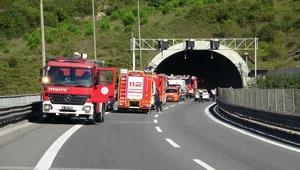Otomobil tünelde yandı, araçlarında mahsur kalan 100 kişiyi itfaiye kurtardı