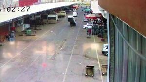 Lastiği mazgala giren kamyonet takla atma tehlikesi geçirdi