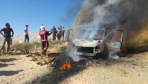 Malatyada saman yüklü kamyonet yandı
