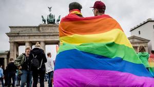 Almanyada 7 bin eşcinsel çift evlendi