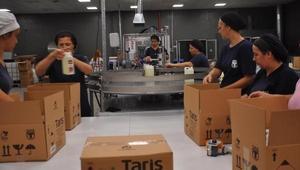 Kolonya üretim tesisinde kadınlar çalışıyor