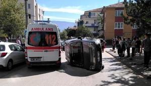 Otomobille çarpışıp takla atan hafif ticari aracın sürücüsü yaralandı