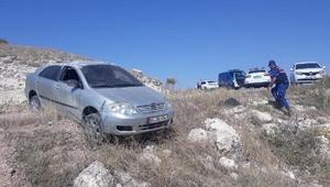 Otomobil mıcırlı yolda takla attı: 3 yaralı