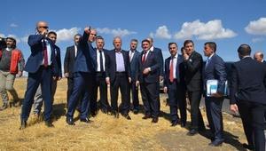 Bakanı Turhan, Ağrıda şehit ailesini ziyaret etti