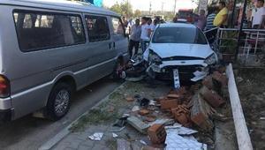 Otomobile çarpmamak için manevra yaptı, motosikletliye çarptı: 2 yaralı