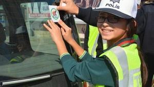 Öğrenciler sürücüleri sticker ile uyardı