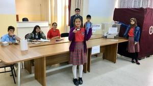 Öğrencilerin Okul Meclis Başkanlığı seçimi genel seçim havasında seçti