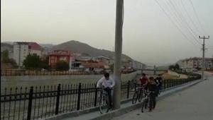 Bisiklet yolunda, elektrik direği engeli