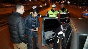 Aracında abart egzoz takılı sürücü ceza kesilmemesi için polisi ikna etmeye çalıştı