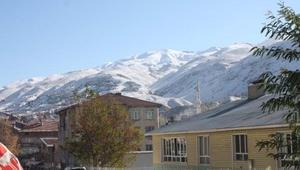 Çelikhan'da yüksek kesimlerde kar yağdı