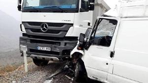 Minibüs ile kamyon çarpıştı: 1 yaralı