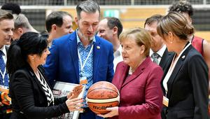 Merkel aylar sonra olay kentte: Biraz geç kalmadın mı