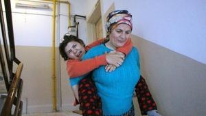 Engelli kardeşini 4 katlı apartmandan sırtında indirip, çıkarıyor