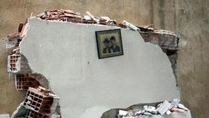Doğal gaz patlamasında ev harabeye döndü, duvardaki çerçeve düşmedi