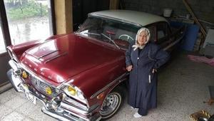 Eşinden kalan klasik otomobile özenle bakıyor