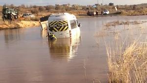 Mardin'de öğrenci servisi sağanak yüzünden yolda oluşan gölette kaldı