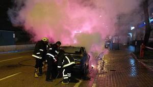 Kaza yapan sürücü bir anlık kızgınlıkla aracını ateşe verdi