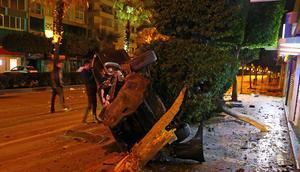 Ağaçları deviren araçtan yara almadan çıktılar