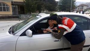 Düzcede jandarmadan kadın sürücülere karanfil