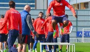 Çaykur Rizespor teknik direktörü Karaman, oyuncularını motive ediyor