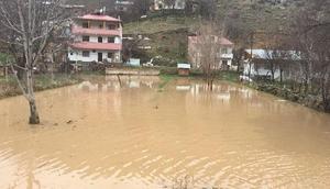 Gümüşhane'de sağanak yağış : Dere taştı, Pirahmet köyünde 4 ev boşalıldı
