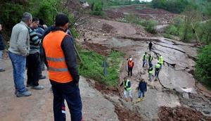 Bartında 17 köye ulaşım sağlanan yol çöktü