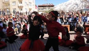 Hakkaride minik öğrencilerin 23 Nisan etkinlikleri ilgiyle izlendi