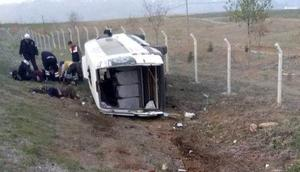 Minibüs şarampole devrildi 19 yaralı