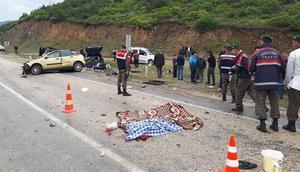 Yolcu otobüsüyle otomobil çarpıştı: 3 ölü, 11 yaralı