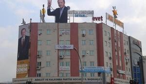Ak Parti Kocaeli binasına rabialı Erdoğan fotoğrafı