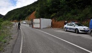 Bartında et yüklü kamyon devrildi: 1 yaralı