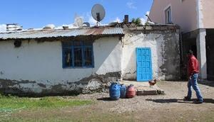 Ağrıda yağmurda şehit ailesinin eski evi yıkıldı