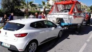 Kuşadası'nda inanılmaz kaza Yat otomobile çarptı