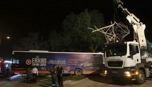 Freni boşalan otobüs, yüksek gerilim hattı direğine çarptı