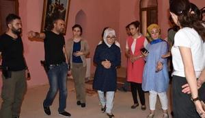 Mardin Vali Eşi Derikte engelli ve hastaları ziyaret etti